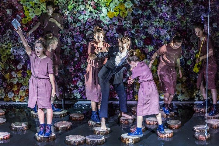 """Julia Kijowska jako 14-letni Janusz Korczak i grupa dziewcząt, które towarzyszą mu w jego sennej podróży. Scena ze spektaklu """"Spowiedź motyla"""" w Teatrze Ateneum w Warszawie."""